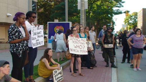 Les manifestants d'Ottawa ont marché en solidarité avec la communauté de Ferguson. Photo Danielle Bell / Agence QMI