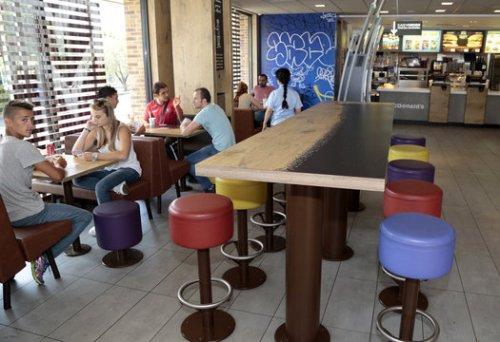 Les grévistes occupent le restaurant de Sainte-Marthe depuis huit jours, suite au retrait du franchisé de l'actionnariat. Hier après-midi, 6 restaurants étaient fermés pour cause de grève. PHOTO VALÉRIE VREL