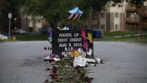 Un mémorial en l'honneur de Michael Brown, le jeune Noir tué par un policier alors qu'il était désarmé à Ferguson, dans le Missouri - Joshua LOTT