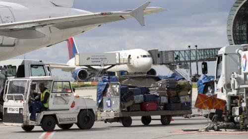 Le sans-papier, convoyé par la police depuis le Centre de rétention administrative de Vincennes, devait prendre un avion à Roissy (photo) pour l'Algérie. (KENZO TRIBOUILLARD / AFP)
