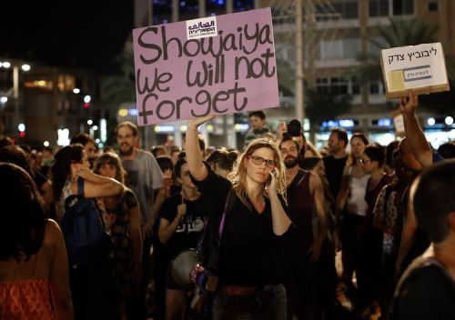 Sur la place Yitzhak-Rabin, samedi, où une mobilisation contre l'opération «Bordure protectrice» a mobilisé 10 000 personnes. (Photo Thomas Coex. AFP)