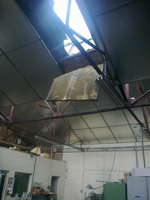 En marchant sur le toit, l'ouvrier est passé au travers de cette plaque d'isolation.