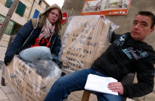 laetitia-(a-gauche)-a-entame-une-greve-de-la-faim-hier-matin-mireille-sa-compagne-s-inquiete-pour-son-etat-de-sante