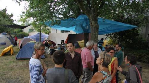 Ce soir, des militants sont venus soutenir les migrants dans leur campement à Cleunay.© Ouest-France