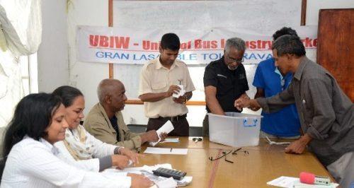 Les employés de Triolet Bus Service lors d'un vote le 17 juillet dernier. Cette fois, c'est au tour de ceux de la CNT de se plier à cet exercice.
