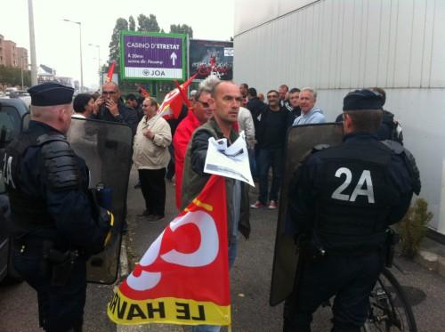 Militants CGT bloqués par les CRS