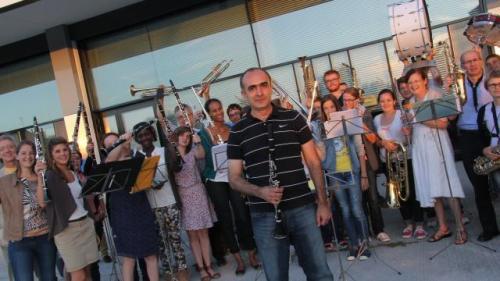 Gevik entouré des musiciens de Mayenne. | Sophie Delafontaine