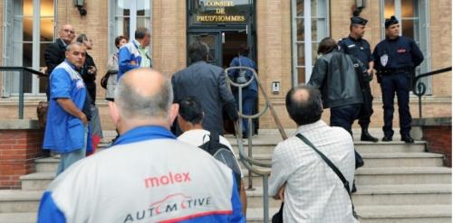 Des employés de l'usine Molex devant le conseil des Prud'hommes, le 4 septembre 2009. (AFP PHOTO / PASCAL PAVANI)