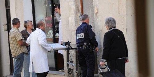 À l'entrée de l'immeuble où habitait l'homme qui s'est donné la mort. © PHOTO PHOTO XAVIER LÉOTY