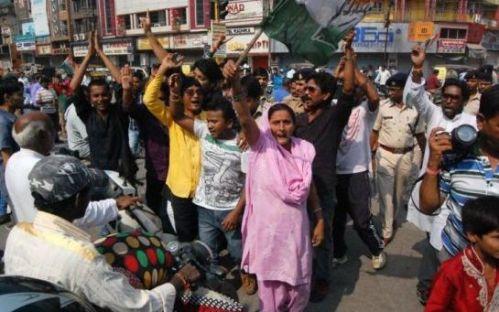En Inde, mercredi, des habitants en colère ont défilé dans les rues de la capitale de l'Etat, Raipur, pour demander la démission du chef de l'exécutif local. (AFP/STR.)