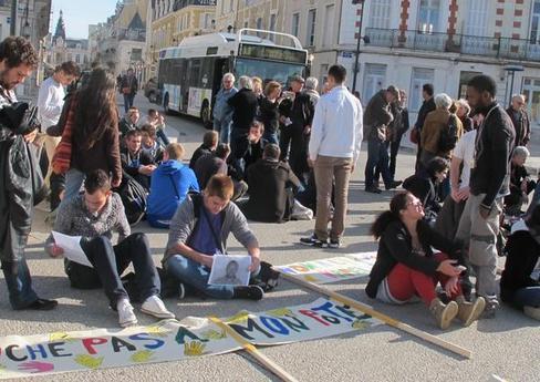 Des lycéens d'Auguste-Perret et le collectif DNSI 86 ont fait un sit-in de soutien à Kamel devant la préfecture.