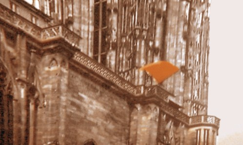 Drapeau rouge sur la cathédrale de Strasbourg