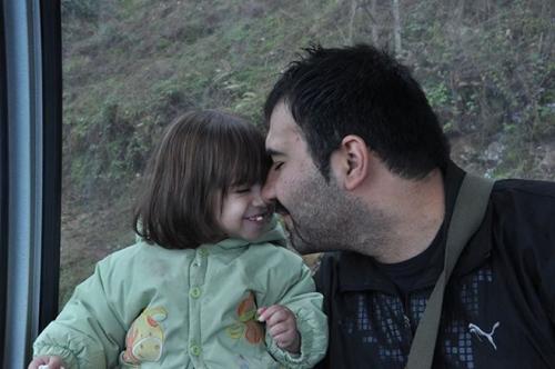 Le photographe iranien Soheil Arabi avec sa fille Rojan, âgée de 5 ans. © Privé