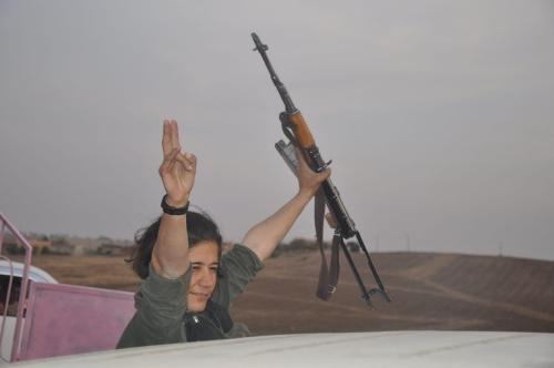 Une combattante éclate de joie après la reprise de ce check-point à l'État islamique.