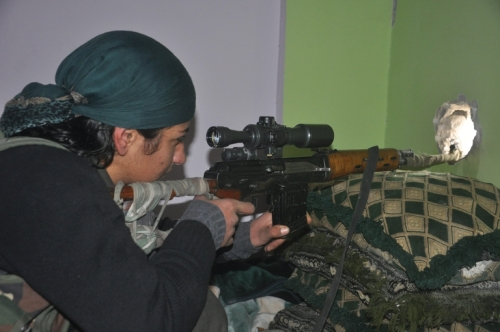 Hevi, une sniper du YPG