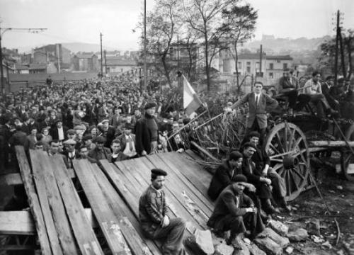 Vue générale du meeting tenu devant le puits de Couriat, en présence des mineurs en grève, le 27 octobre 1948 (c) Afp