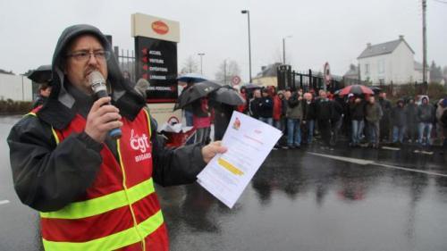Michel Le Goff, délégué central CGT du groupe Bigard, ce jeudi matin pendant la manifestation devant le siège à Quimperlé, Finistère. | Ouest-France