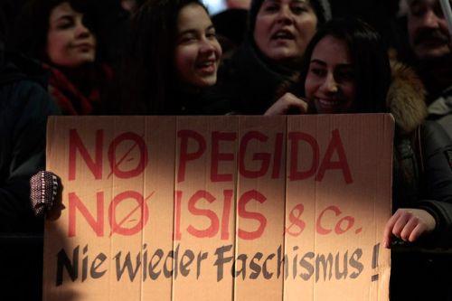 """Manifestation antiraciste à Stuttgart : """"Non à pegida (mouvement raciste), non à Daesh"""""""