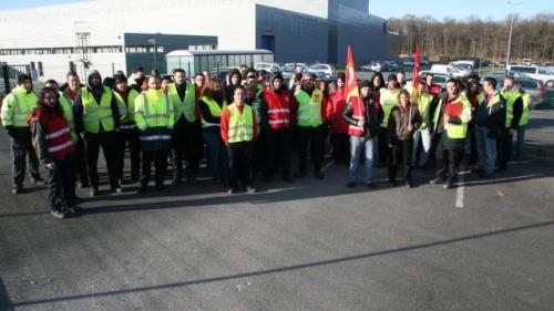 Plus de 70 salariés de K.Line travaillant dans les usines Prima ont fait grève ce matin devant Prima 2. | Ouest-France