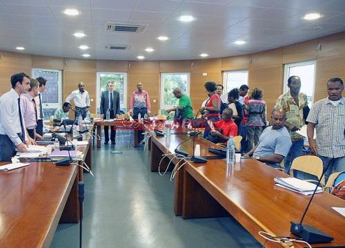 Après de longues séances de négociations, un protocole d'accord de fin de conflit a été signé samedi-après midi. L'UTS-UGTG est satisfait de cette médiation qualifiée de déterminante. (Roberto BIRHUS)