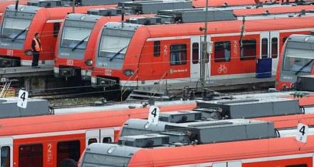 Le syndicat des conducteurs de train réclame une hausse de 5% des salaires et une réduction du temps de travail hebdomadaire de 39 à 37 heures - AFP
