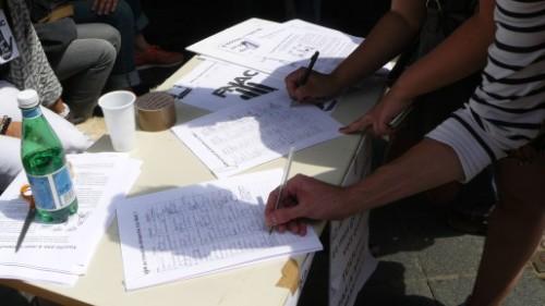 Pétition contre le travail du dimanche à la Fnac signée par des passants.