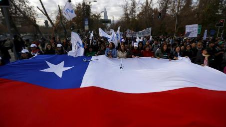 Manifestation dans les rues de Santiago pour réclamer des réformes dans le système éducatif, le 3 juin 2015.