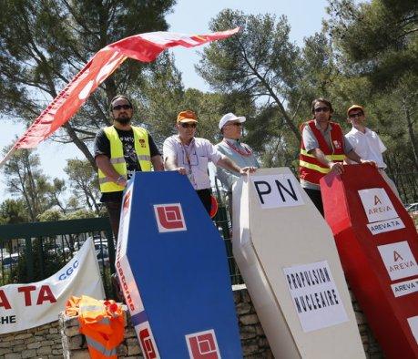 """""""Non à la mort d'Areva..."""" Avec des cercueils représentant les différentes activités du groupe, les salariés en grève hier s'opposent aux suppressions de postes et au découpage de la société."""