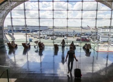 aeroport-Roissy-Charles-de-Gaulle-Paris-passagers-attente-Bellena-Shutterstock-289342862-380572_371x268