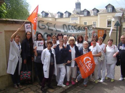 Les 150 salariés de l'hôpital de La Roche-Guyon dénoncent le projet de réorganisation du temps de travail de Martin Hirsch et le gel de leurs salaires depuis 2009.