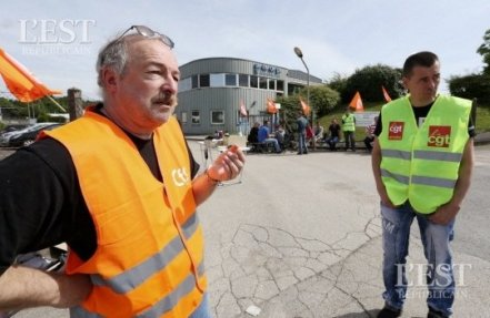 Roland Knecht (à gauche) et Lionel Chevalme ne lâchent pas prise. Photo Arnaud CASTAGNÉ