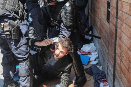 Hugo Touzet, élu du PCF à Paris 18ème, face aux CRS.