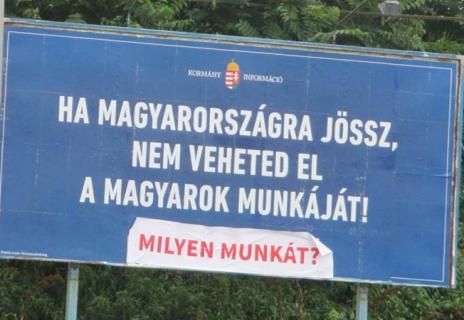 Panneau d'origine : « Si tu viens en Hongrie, ne prends pas le travail des Hongrois ! » Corrigé en : « Quel travail ? »