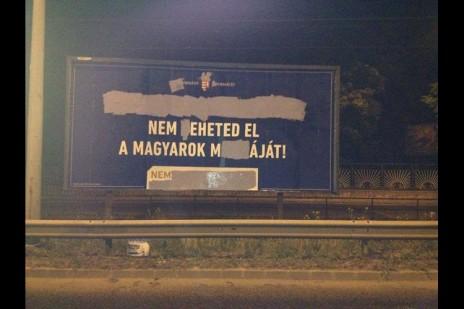 Panneau d'origine : « Si tu viens en Hongrie, ne prends pas le travail des Hongrois ! » Corrigé en : « Ne bouffe pas le pâté des Hongrois ! »