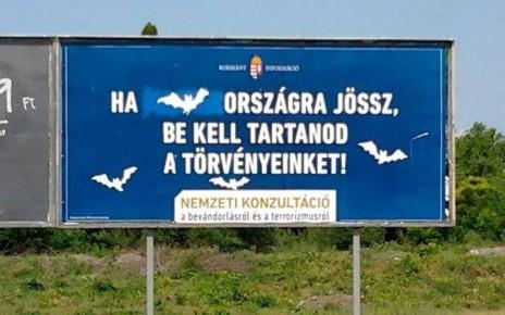 Panneau d'origine : « Si tu viens en Hongrie, respecte nos lois ! » Corrigé en : « Si tu viens au pays des chauves-souris, respecte nos lois ! »