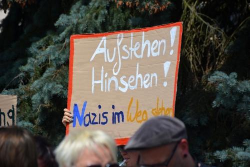 schild-gegen-rechts-motto-teilen-leider-nicht-alle