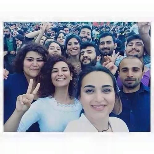 Selfie de jeunes militantes de la SGDF à Suruç une heure avant l'attentat