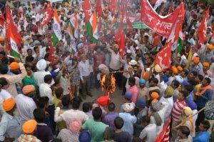 Des militants brûlent une effigie du premier ministre Narendra Modi pendant un mouvement de grève nationale à Amritsar le 2 septembre 2015 - Photo de NARINDER NANU - AFP ? 2015 AFPafp logo