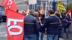 Les grévistes de La Poste se sont notamment rassemblés devant la sous-préfecture. | Ouest-France