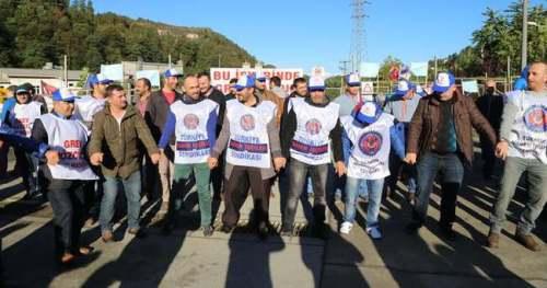 Rize'de faaliyetini sürdüren Çayeli Bakır İşletmeleri ile Türkiye Maden İşçileri Sendikası arasındaki toplu iş sözleşmesi görüşmelerinde sonuç alınmayınca görev yapan 320 bakır madeni greve başladı. Maden İş Sendikası Bölge Başkanı Zekeriya Gültekin başkanlığında Çayeli Bakır İşletmeleri Güvenlik bölgesinde sabahın erken saatlerinde toplanan işçi ve aileleri pankart açtı, slogan attı. Gece vardiya işçilerinin yer altından çıkması ile birlikte işletmede cevher işleme faaliyeti durdu. (Muhittin Sandıkçı - Anadolu Ajansı)