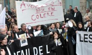 Manifestation d'avocats contre la réforme de l'aide juridictionnelle le 3 novembre 2015 à Douai Manifestation d'avocats contre la réforme de l'aide juridictionnelle le 3 novembre 2015 à Douai (AFP/FRANCOIS LO PRESTI)