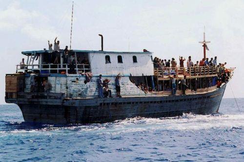 828392-un-bateau-de-migrants-au-large-de-l-ile-australienne-de-christmas-le-22-aout-2001