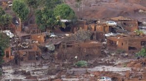 le-village-de-bento-rodrigues-touche-par-un-tsunami-de-dechets-miniers-boueux-apres-la-rupture-d-un-barrage-de-la-compagnie-samarco-le-6-novembre-2015-au-bresil_5461246