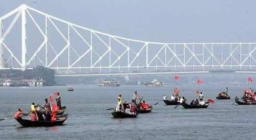 Drapeaux rouges sur le fleuve Hooghly pour rejoindre le meeting