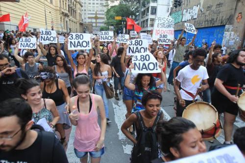 São Paulo 08/01/2016 - METRÓPOLE CIDADES - MPL MOVIMENTO PASSE LIVRE PROTESTO - Manifestação do MPL contra o reajuste da passagem de 3,5 para 3,8. O início dos protesto teve início na Praça Ramos de Azevedo em frente ao Teatro Municipal - Foto: RAFAEL ARBEX/ESTADÃO