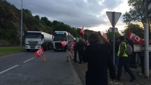 brest-blocage-du-rond-point-de-foulques-pres-du-depot-petrolier